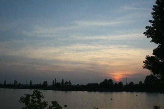 Agriturismo Ai due laghi del Verginese : tramonto sul lago di venere.....