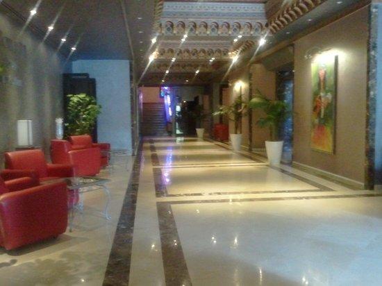 Zaki Hotel: hall accés piscine