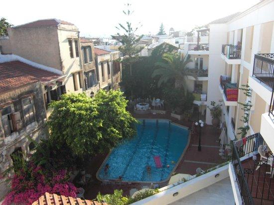 Fortezza Hotel : Udsigt fra hotellet ned mod poolen