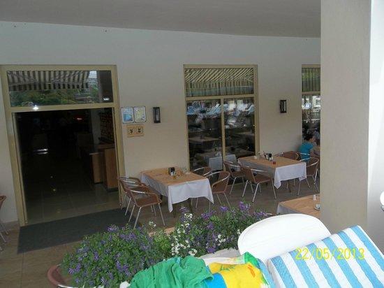 Side Breeze Hotel: вид от бассейна на ресторан