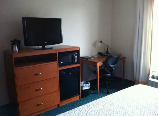 Fairfield Inn & Suites Sault Ste. Marie: Desk and TV