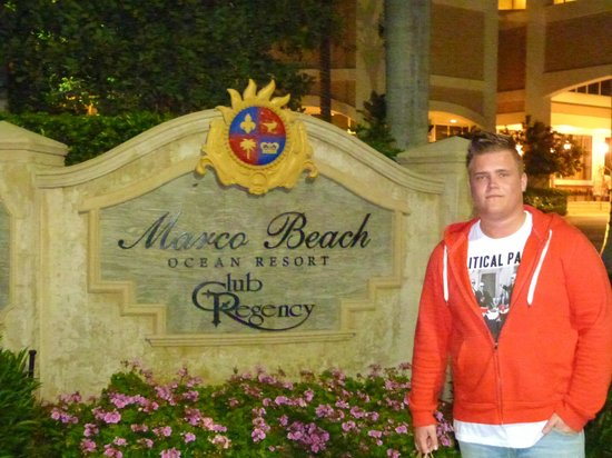 Marco Beach Ocean Resort: Entrance to Hotel