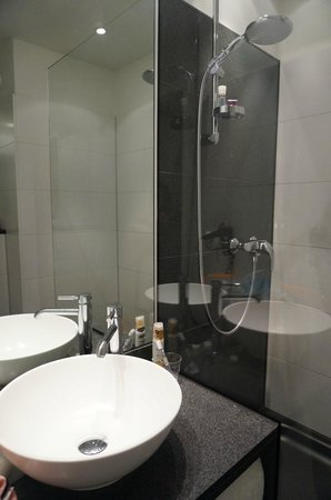 Motel One München City-Ost: Bigger bathroom than normal motel one