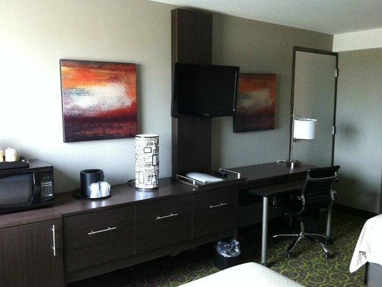 Holiday Inn Winnipeg Airport - Polo Park: Desk and TV Area
