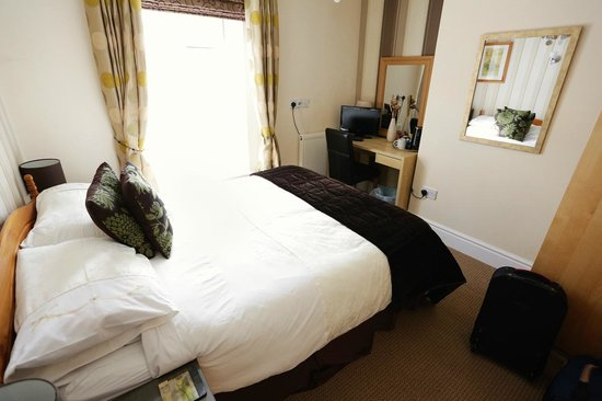 The Garden Court Guest House: the room