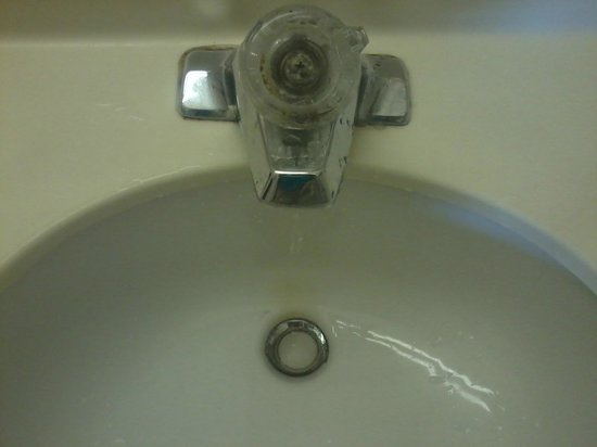 Days Inn Ashland: Dirty faucet and falling apart.