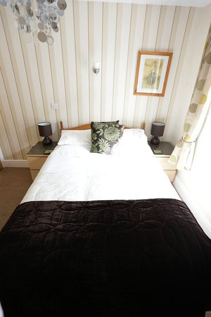 The Garden Court Guest House: bed