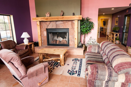 Affordable Inn of Capitol Reef: Lobby Seating and Fireplace