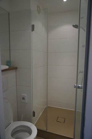 Motel One Frankfurt-Niederrad: small bathroom
