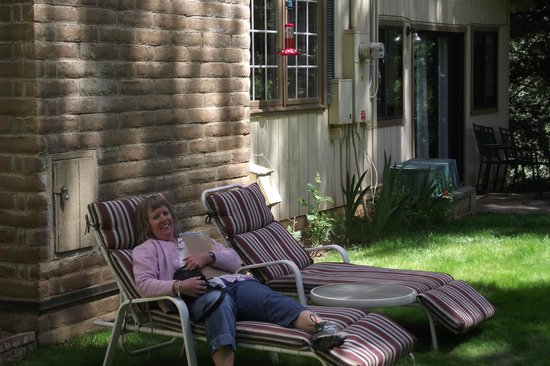 Highland House Bed & Breakfast: relaxing outside