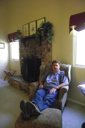 Highland House Bed & Breakfast: relaxing in our room