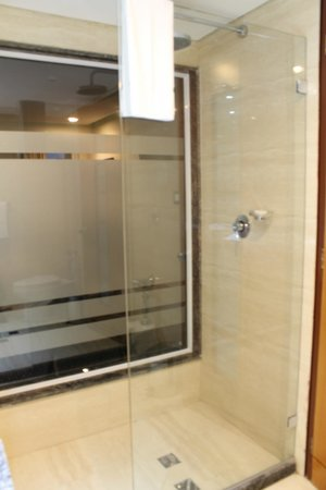 Hotel Alex: Bathroom 2
