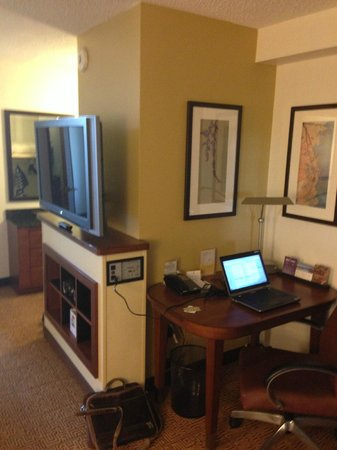 Hyatt Place Baton Rouge/I-10: work area in the suite