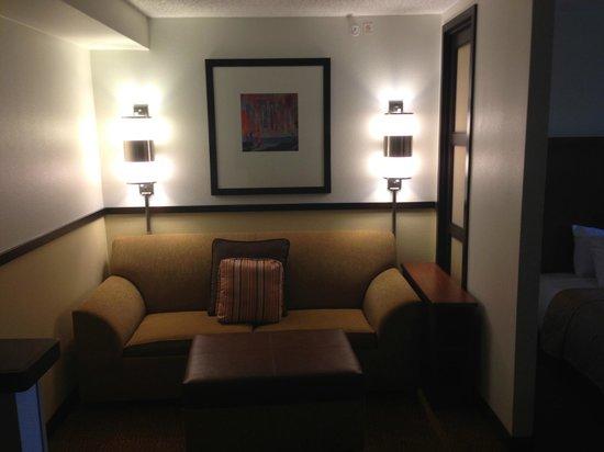 Hyatt Place Baton Rouge/I-10: Sitting area in suite