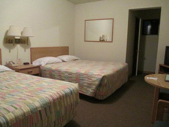 Poles Place : 2 queens.  Comfy beds, clean sheets.