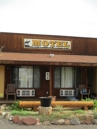 Poles Place : Front of Motel