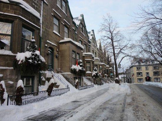Hotel Chateau Bellevue: Rua em frente ao Hotel