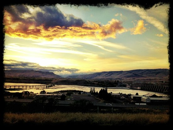 Celilo Inn : Sunset view from our room