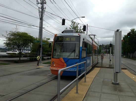 Residence Inn Seattle Downtown/Lake Union : Streetcar to downtown in front of hotel