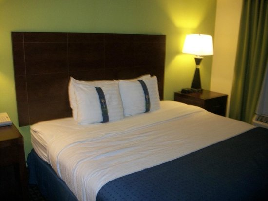 Holiday Inn Hotel & Suites Daytona Beach: Bed