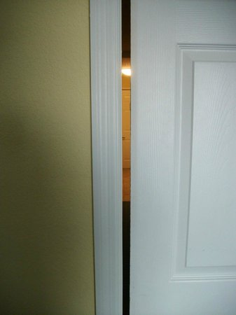 Holiday Inn & Suites Daytona Beach on the Ocean: Gap in Sliding Door in Room