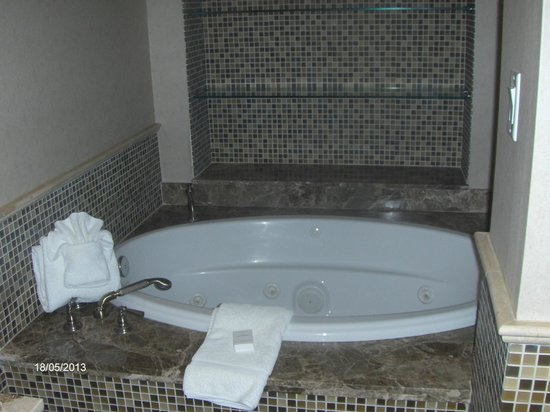 Hilton Garden Inn Palm Beach Gardens: Jacuzzi tub in the Penthouse suite