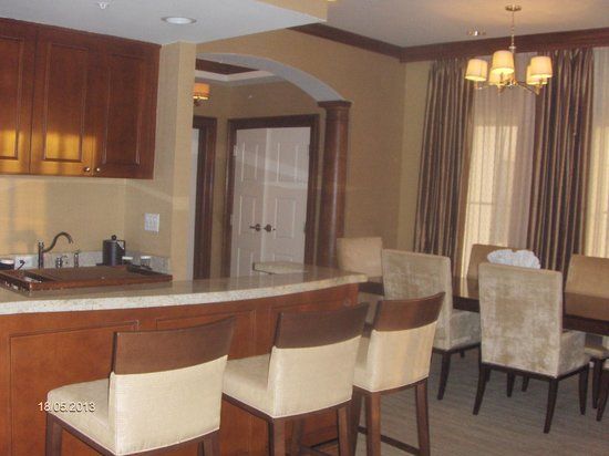 Hilton Garden Inn Palm Beach Gardens: Kitchen and dining area in the Penthouse suite.