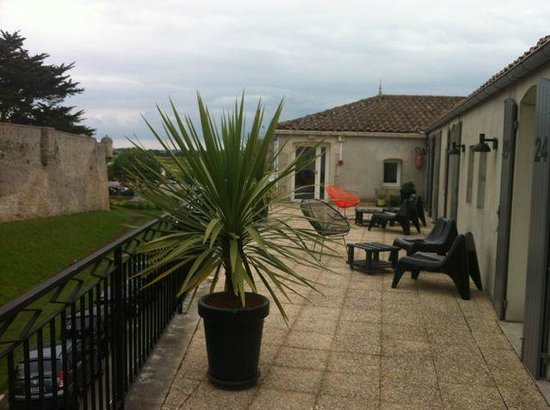 Hotel L'ile o Chateau: Shared terrace with view on castle!