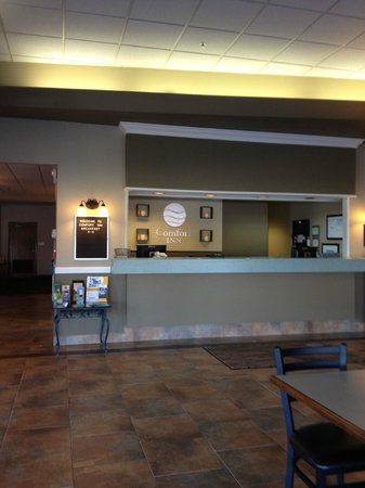 Quality Inn & Conference Center: Front Desk
