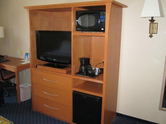 Fairfield Inn & Suites Toronto Brampton: cable TV, mini fridge and microwave