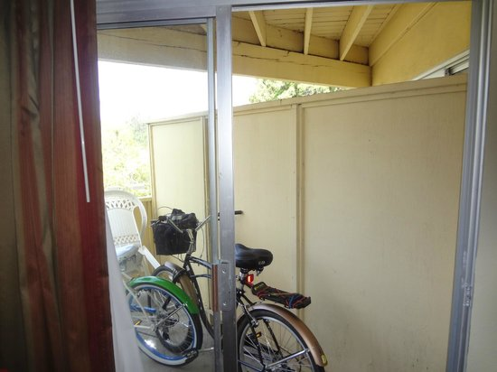 Quality Inn and Suites Capitola By the Sea: Patio - good for storing a bike, not much more