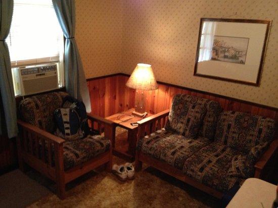 Horse Creek Inn Restaurant & Campground: Small living room