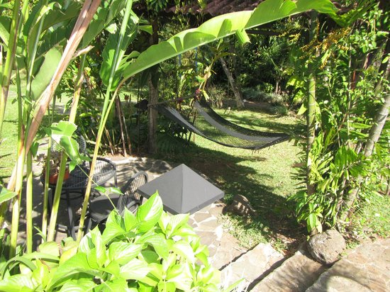 Pura Vida Hotel: hammock and table on the way to our casita