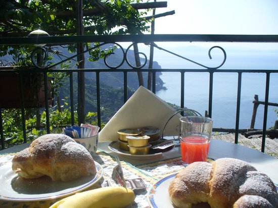 Ravello Rooms: breakfast on the terrace
