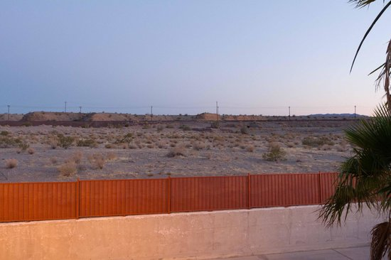 Best Western Colorado River Inn: View of desert and RR track from 2nd floor, South Side
