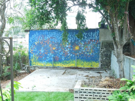 Autograph Lodge: Painted wall in the backyard