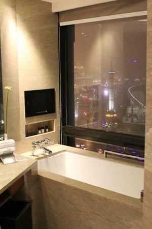 Les Suites Orient, Bund Shanghai: バスルームからも絶景です
