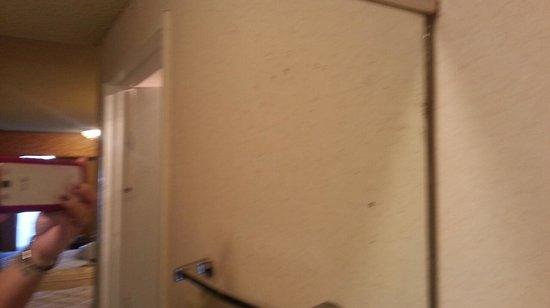 Quality Inn Near Long Beach Airport: even the mirrors where dirty
