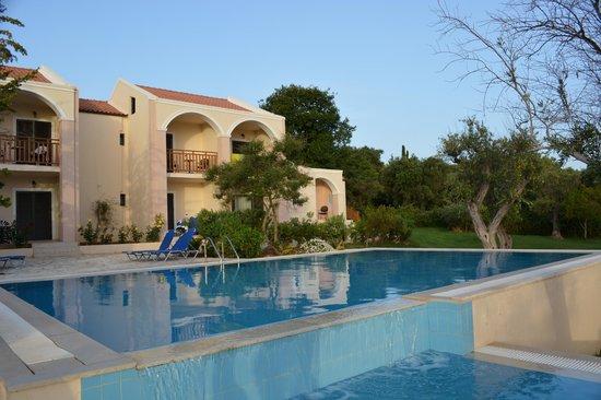 Piscine privative picture of roda beach resort spa for Piscine privative