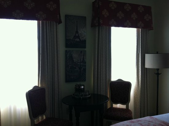 French Quarter Inn : Table and chairs in room