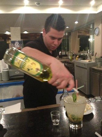 Silva Beach: Minas preparing a Mojito