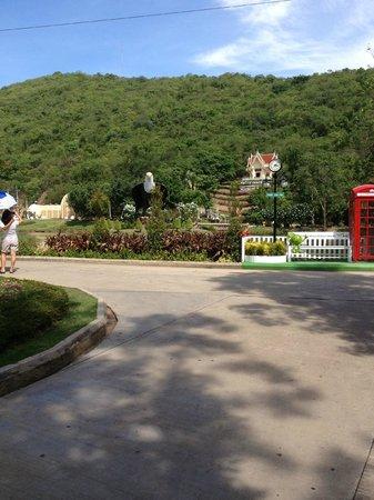 Chainat bird park: entrance view
