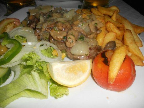 La Gran Paella Valenciana: Sirloin steak mushrooms onions chips and salad