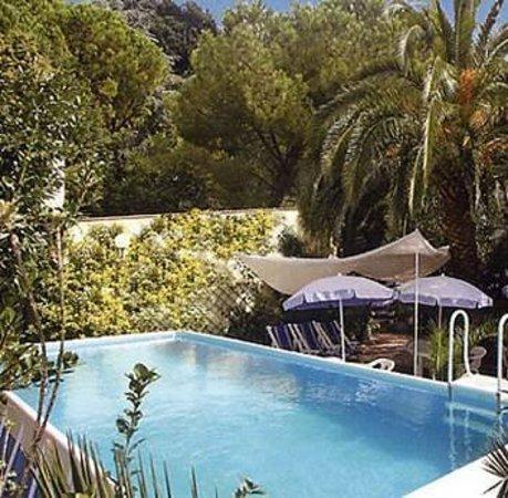 Albergo Arco del Sole: L'albergo e' dotato di ampio giardino con piscina e parcheggio