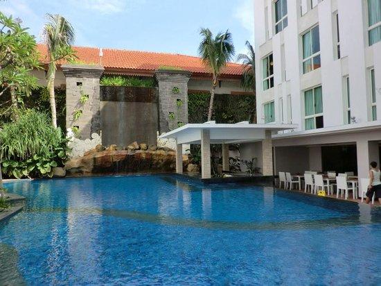 Bintang Kuta Hotel: the pool and pool bar