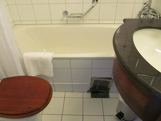 First Hotel Reisen: Tiny space in bathroom