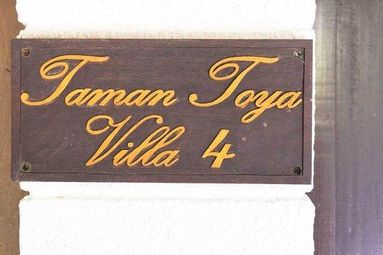 Umah Watu Villas: Toman Toya Entrance
