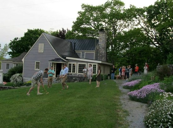 The Inn at Vaucluse Spring: Playing croquet outside Chumley Homeplace