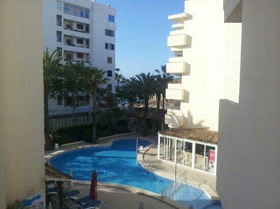 Aparthotel Cap de Mar: Blick vom Balkon auf den Pool