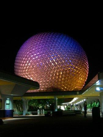 EPCOT : Spaceship Earth de nuit